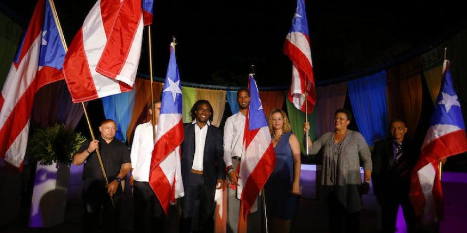 El luchador y medallista de plata en Londres 2012 Jaime Espinal (3-i) posa en su presentación como el abanderado de la delegación de Puerto Rico para los Juegos Olímpicos de Río de Janeiro realizada en la sede en el Comité Olímpico en San Juan. Foto:EFE. Imagen Por:
