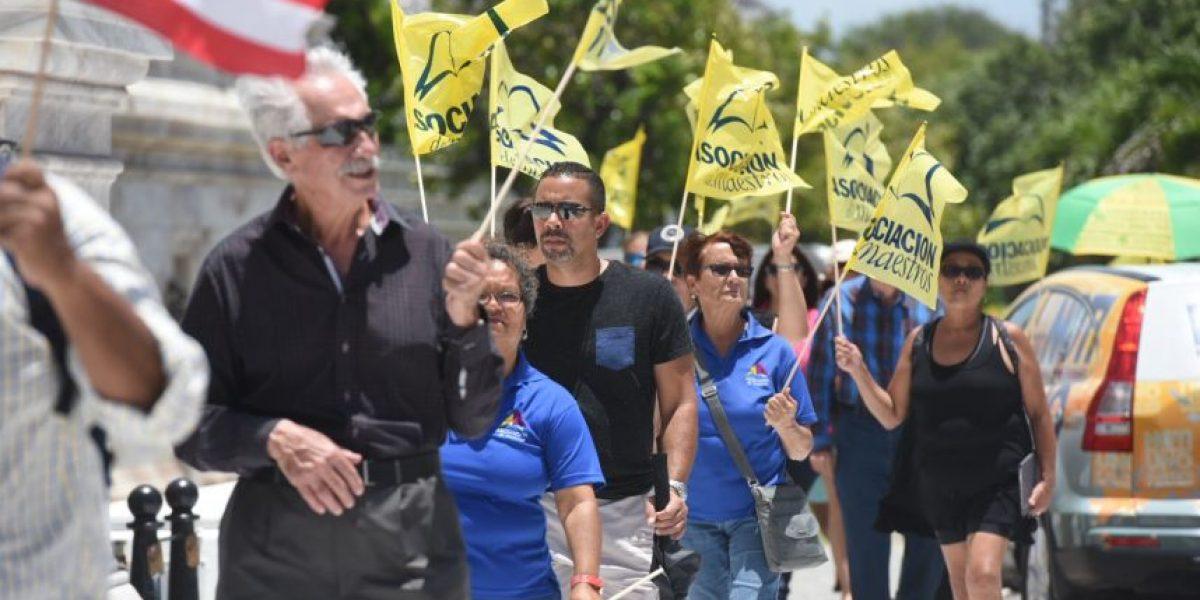 Maestros protestan en el Capitolio por la
