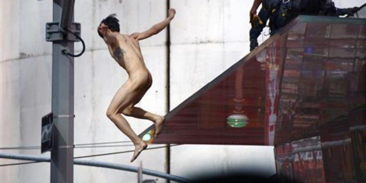 Hombre desnudo salta desde unos cinco metros en Times Square