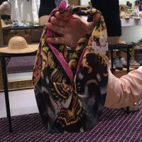 Increiblemente, se puede convertir la bufanda en una cartera convencional. Foto:Suministrada. Imagen Por:
