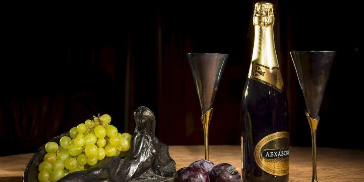 ¿Por qué puede ser peligroso descorchar una botella de champaña?