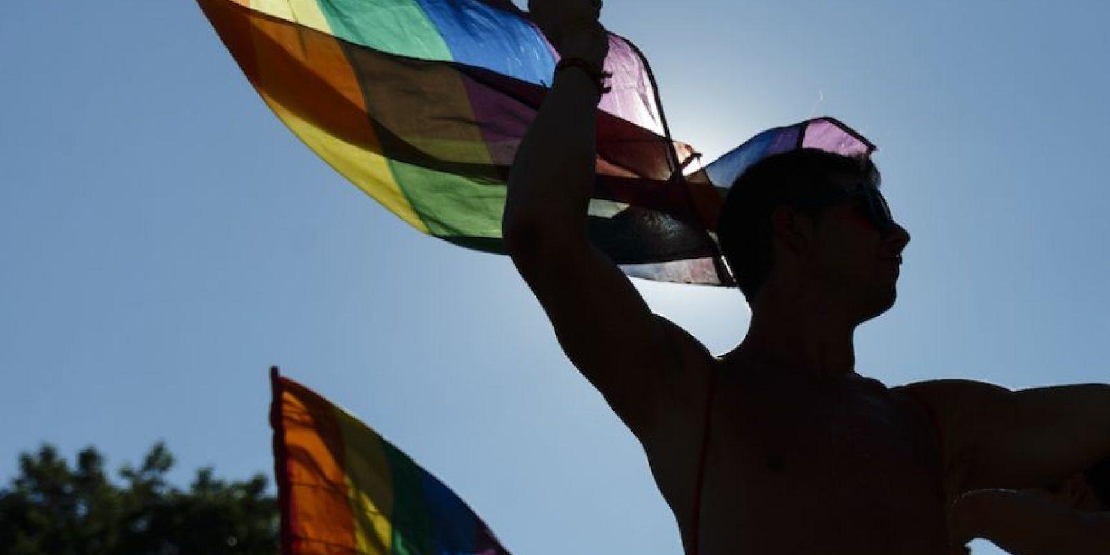 Asistentes ondean banderas durante el desfile gay en Madrid, España, el sábado 2 de julio de 2016. Foto:AP. Imagen Por: