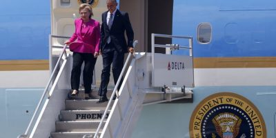 Obama y Clinton llegaron juntos a North Carolina, a bordo del Air Force One. La última vez que ambos viajaron juntos fue en el 2012, cuando visitaron Mianmar. Foto:AP. Imagen Por: