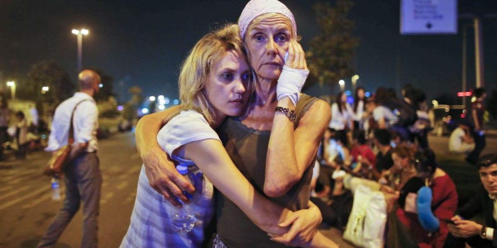 Dos mujeres se abrazan a las afueras del aeropuerto Atatürk de Estambul en Turquía, donde 45 personas perdieron la vida tras un ataque terrorista. Foto:AP. Imagen Por: