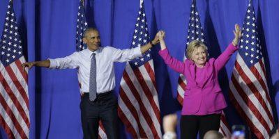El presidente Barack Obama y la precandidata demócrata a la presidencia Hillary Clinton saludan a la multitud durante un acto de campaña en Charlotte, North Carolina. Foto:AP. Imagen Por: