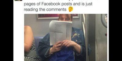 La imagen de esta mujer leyendo comentarios de Facebook en páginas impresas se ha vuelto viral. Foto:Twitter @AlexSteinman. Imagen Por: