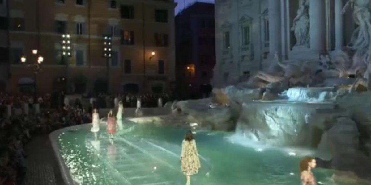 Espectacular desfile de moda en famosa fuente de Roma