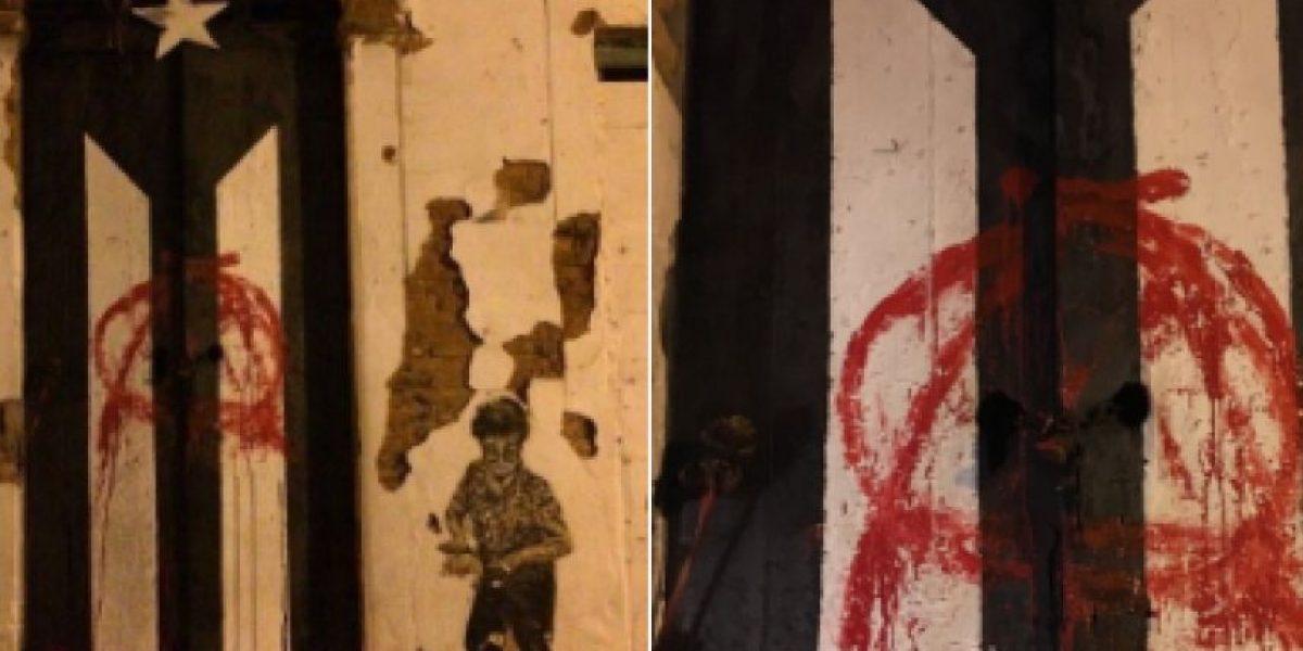 Vandalizan icónica puerta con bandera de P.R. en VSJ