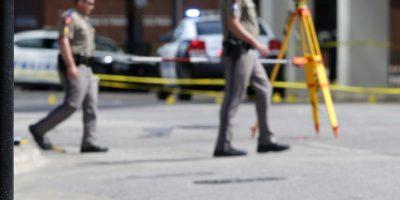 Personal de fuerzas de seguridad camina junto a señales de pruebas en la escena de una balacera contra policías en Dallas, el viernes 8 de julio de 2016. Foto:AP. Imagen Por: