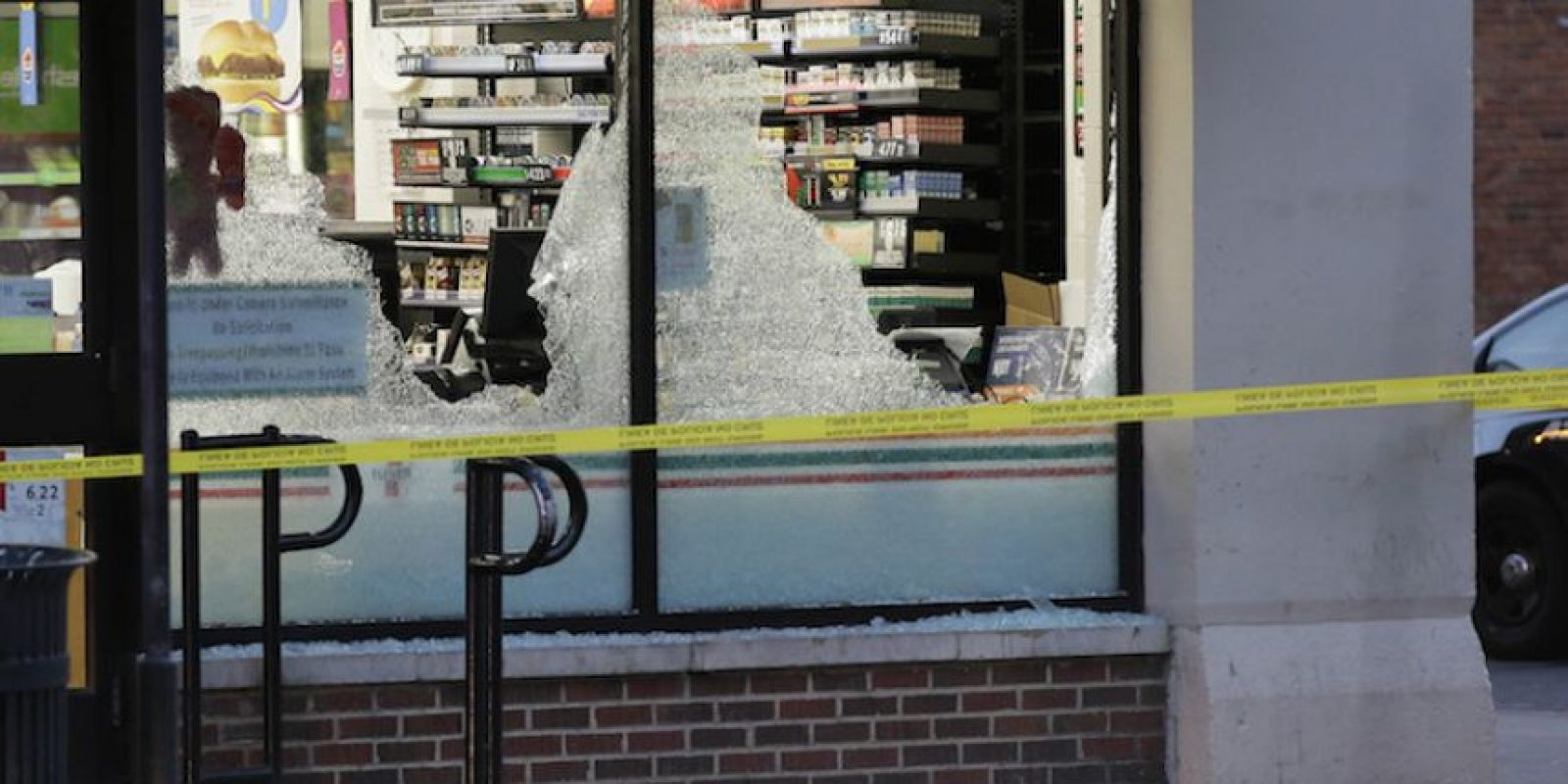 La policía acordona la zona en donde hubo un tiroteo en el centro de Dallas el viernes 8 de julio de 2016. Foto:AP. Imagen Por: