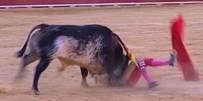 Esta imagen tomada de Castilla La Mancha TV muestra al matador Víctor Barrio al ser corneado por un toro en la plaza de Teruel, 9 de julio de 2016. Barrio, de 29 años, es el primer torero muerto en la arena en más de 30 años. Foto:AP. Imagen Por: