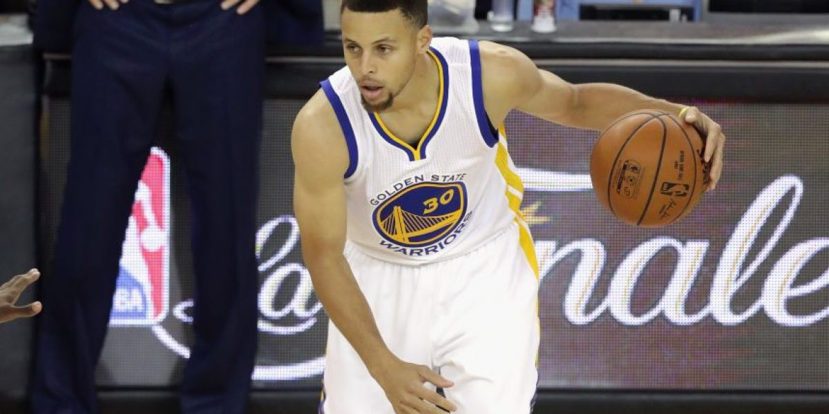 Curry subasta calzado para víctimas de incendio en Oakland