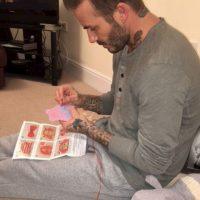 Desde tatuarlo hasta ponerlo a coser la ropa de sus muñecas, el exdeportista dedica días enteros a su única hija Foto:Instagram @victoriabeckham. Imagen Por: