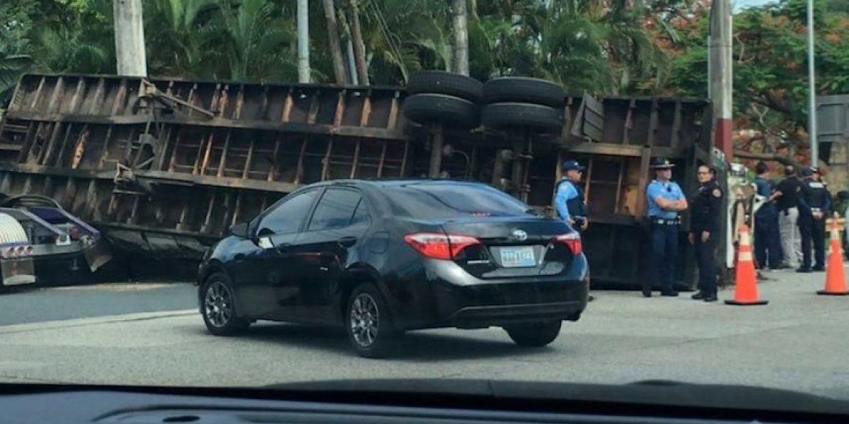 Camión volcado en Trujillo Alto