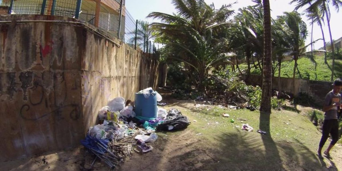 Residentes de Vega Alta se unen para limpiar Playa Escondida