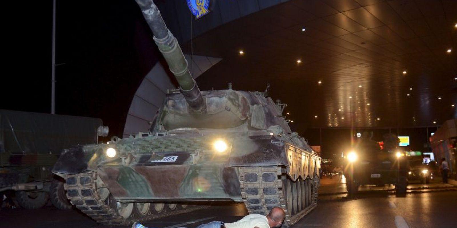 La foto muestra el nivel de protesta y resistencia ciudadana a la sublevación del Ejército Foto:AP. Imagen Por: