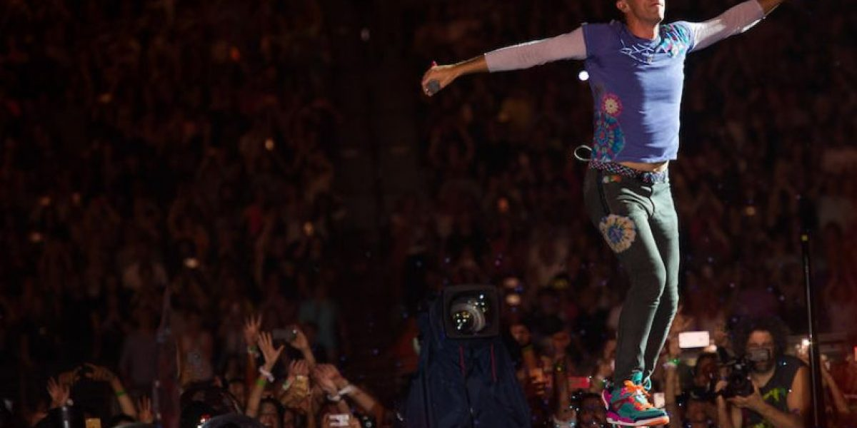 Coldplay inicia gira por EEUU con espectáculo colorido