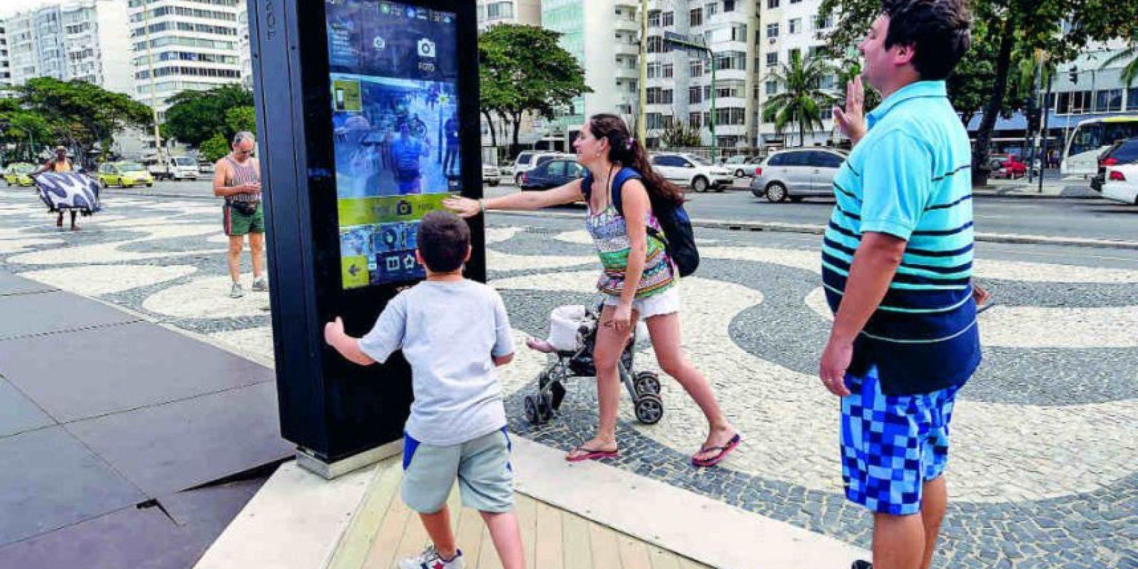 Familia de argentinos no consiguió enviar foto tomadas en el dispositivo. Foto:BRUNA PRADO / METRO RIO. Imagen Por: