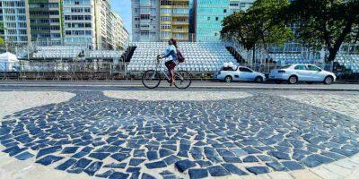 Gradas se establecieron en el medio de la avenida Atlantica. El público puede seguir las pruebas de maratón de natación, el ciclismo y el triatlón en el lugar. Foto:BRUNA PRADO / METRO RIO. Imagen Por: