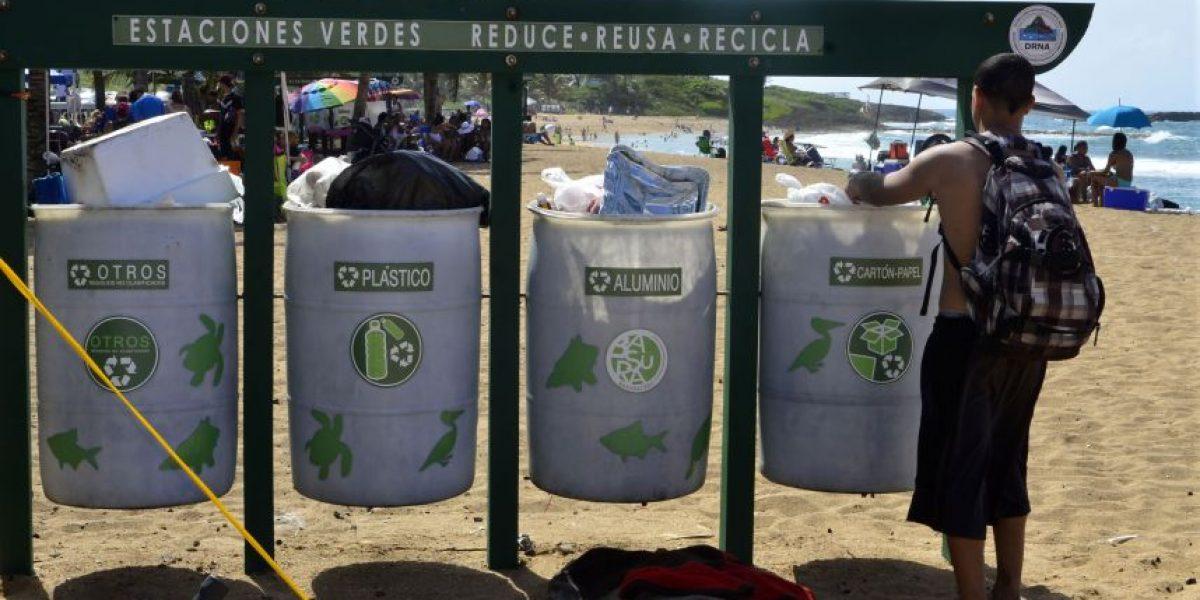 Se quedan cortos recipientes para basura en playa de Loíza