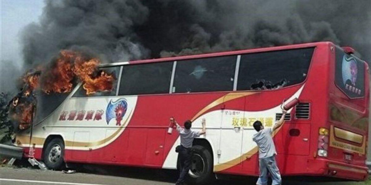 Fallecen 26 tras incendio en bus turístico en Taiwán