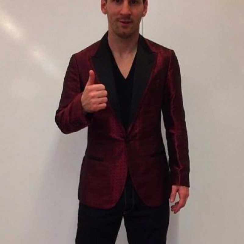 En su cuenta de Instagram, Leo Messi compartió esta imagen donde aparece con un saco rojizo, parecido al que había usado en esa gala del Balón de Oro. Foto:Vía instagram.com/leomessi. Imagen Por: