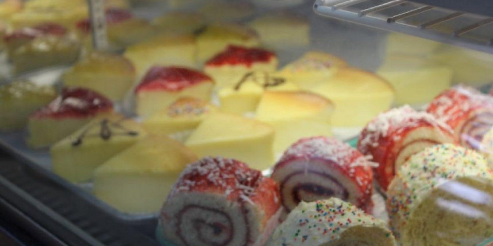 """Labora en la cocina de la panadería Las Villas & Deli –donde venden el pan """"soba'o"""" al estilo boricua y los típicos dulces y bizcochos de panadería """"100 por ciento boricuas"""". Foto:David Cordero. Imagen Por:"""
