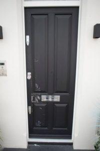 Así quedó la puerta del departamento que Lindsay compartía con Egor Foto:Twitter. Imagen Por: