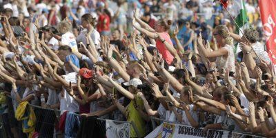 Fieles esperan la llegada del papa Francisco al último acto de la Jornada Mundial de la Juventud, una misa, en Cracovia, Polonia. Foto:AP. Imagen Por:
