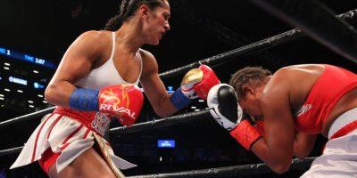 Amanda Serrano venció por nocaut a Calixta Silgado en el primer asalto para defender su título de las 126 libras de la OMB. Foto:Ed Diller. Imagen Por: