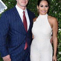 John Cena y Nikki Bella. Él, un desastre con un traje mal ajustado. Ella, impecable. Foto:Getty Images. Imagen Por: