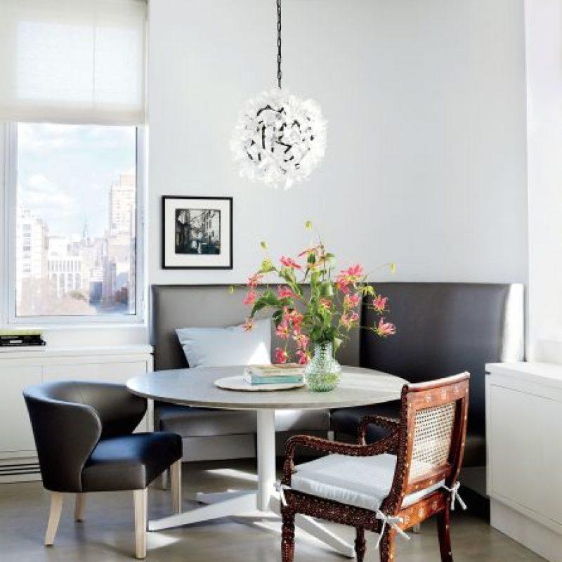 Apartamento de Julianna Margulies en Nueva York. Iluminación por la artista Elizabeth Lyons | Mesa Vicente Wolf en piedra caliza | Sillas de VW Home Foto:Architectural Digest. Imagen Por: