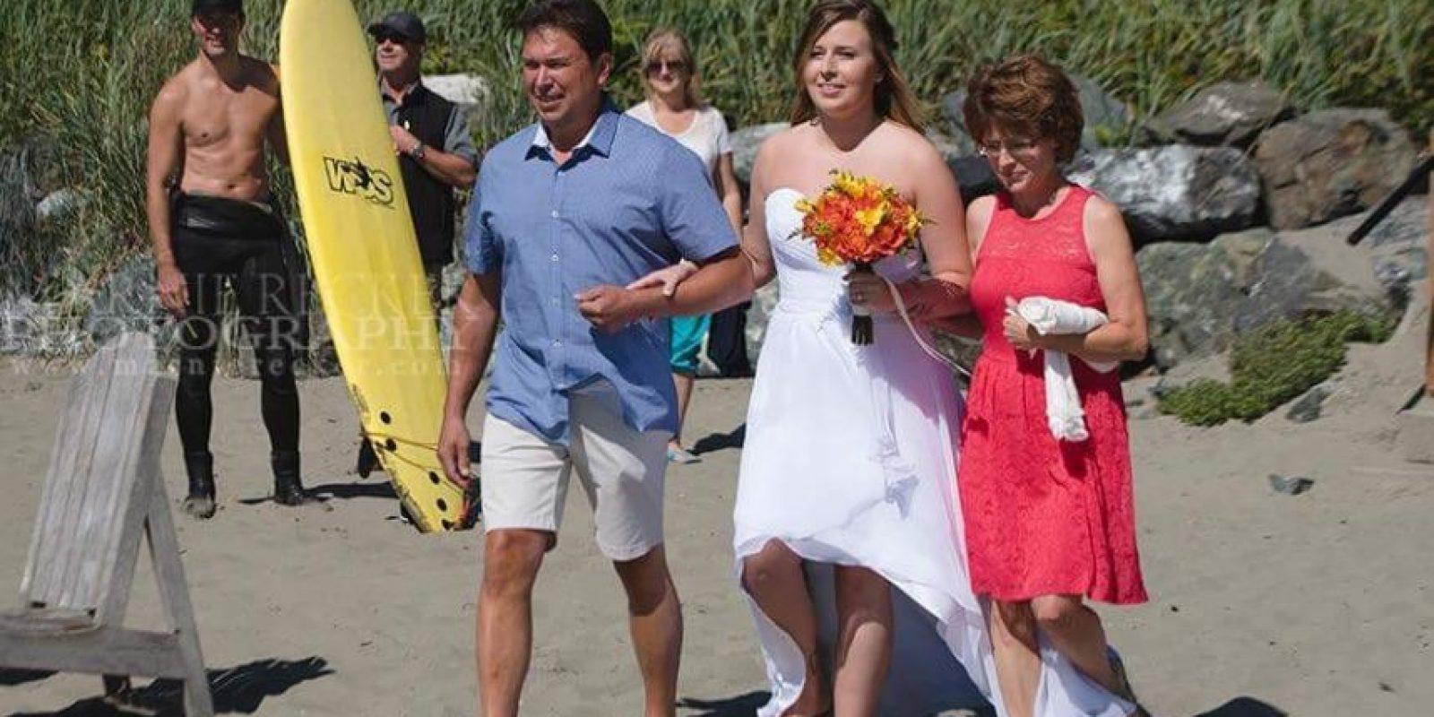 La imagen de Trudeau descamisado fue tomada por una fotógrafa de bodas en la isla de Vancouver, Marnie Recker. Ella tuiteó el sábado la foto en la que Trudeau aparece de pie en segundo plano y con su tabla de surf, varios metros atrás de una pareja que se casó en una playa de Tofino, Columbia Británica. La imagen generó muchos retuits y fanfarria en línea. Foto:Twitter: Marnie Recker Photo. Imagen Por: