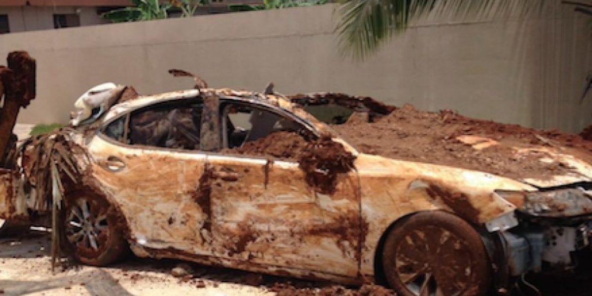 Hombre entierra su Lexus para reclamar el seguro
