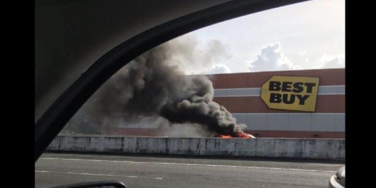Carro prendido en fuego en expreso Las Américas