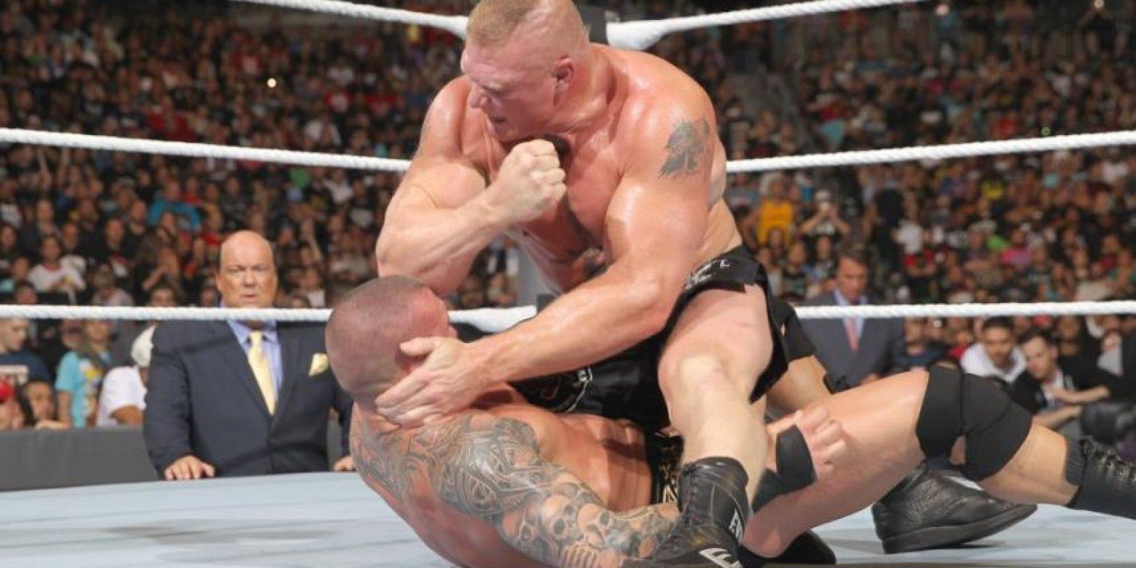 Brock Lesnar le propinó una brutal golpiza a Randy Orton en SummerSlam Foto:WWE. Imagen Por:
