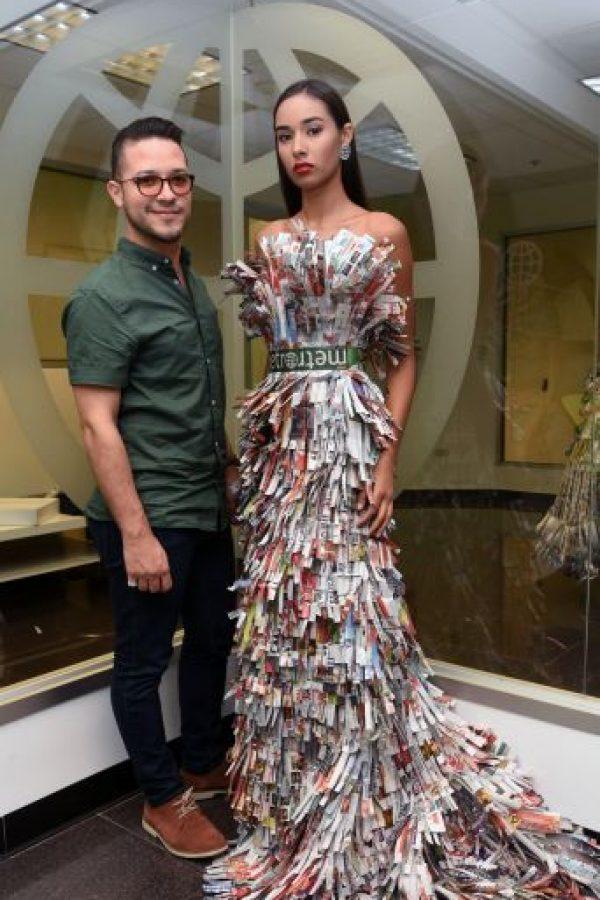 El diseñador Edd Aponte muestra el vestido que confeccionó con papel de Metro Puerto Rico. Foto:Dennis Jones. Imagen Por: