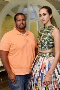 El diseñador Carlos Javian presenta el vestido que confeccionó inspirado en Metro Puerto Rico. Foto:Dennis Jones. Imagen Por: