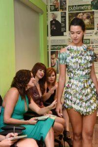 El diseñador Isaac Johan presenta el vestido que confeccionó inspirado en Metro Puerto Rico. Foto:Dennis Jones. Imagen Por:
