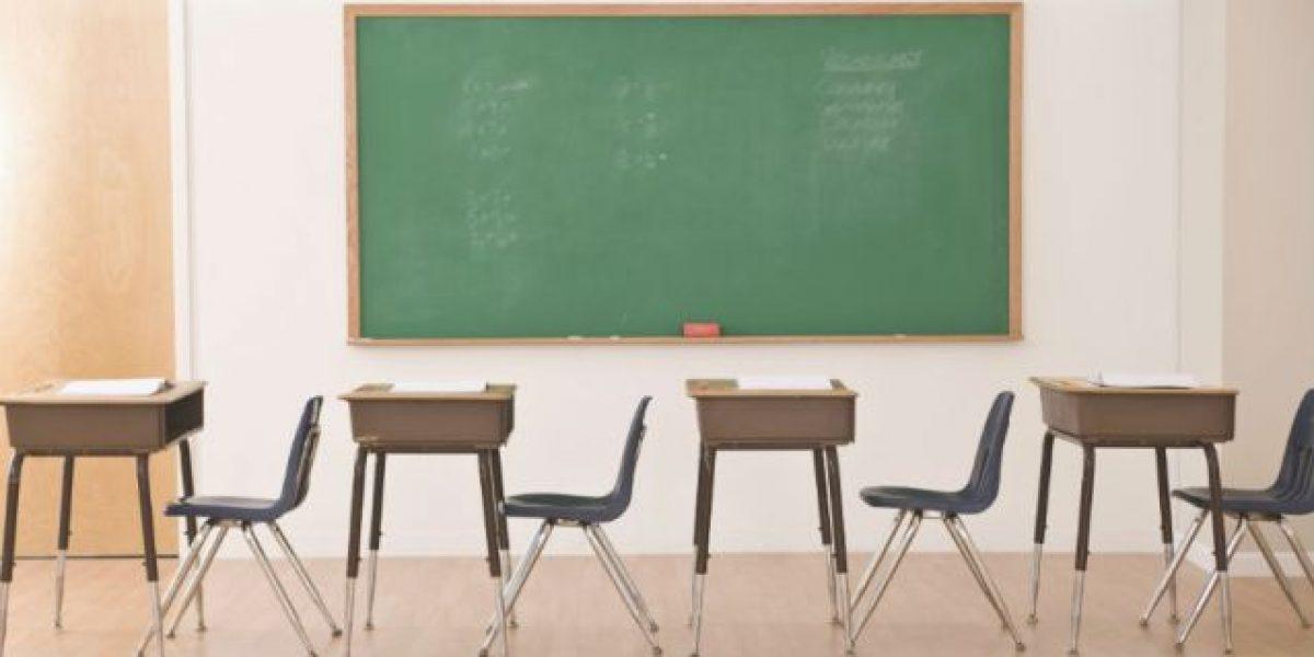 Directora impide entrada a estudiantes que usan pantalones
