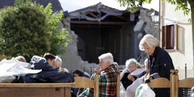 Residentes de Accumoli se sientan al aire libre después del terremoto en el centro de Italia. El fuerte sismo redujo tres ciudades a escombros, mientras la gente dormía durante la madrugada del miércoles. Foto:AP. Imagen Por: