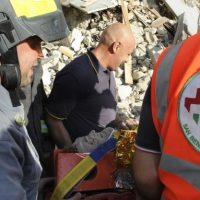 Una persona es cargada en una camilla después de haber sido rescatada de entre los escombros en Arquata del Tronto, Italia. Foto:AP. Imagen Por: