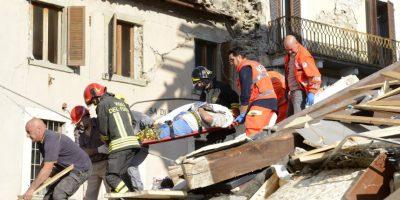 Un hombre es cargado en una camilla después de haber sido rescatado de entre los escombros en Arquata del Tronto, Italia. Foto:AP. Imagen Por: