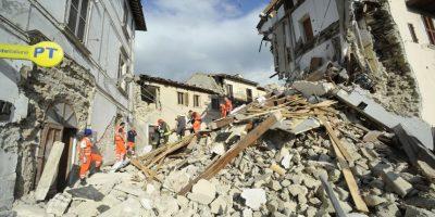 Rescatistas continúan buscando sobrevivientes entre los escombros en Arquata del Tronto, Italia. Foto:AP. Imagen Por: