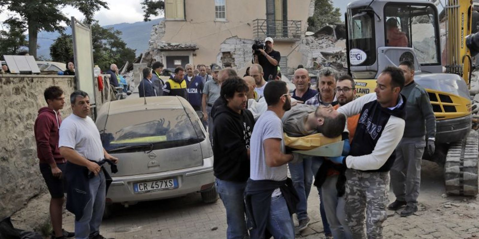Un hombre es rescatado en Amatrice, Italia. Foto:AP. Imagen Por: