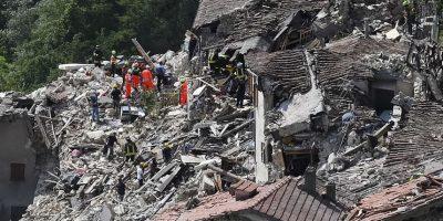 Los equipos de rescate trabajan entre los escombros de las casas derrumbadas o dañadas en el pueblo de Pescara del Tronto en Italia central. Foto:AP. Imagen Por: