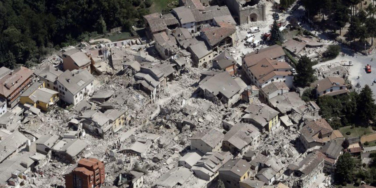 Esta foto aérea muestra la parte histórica de la ciudad de Amatrice, en el centro de Italia, después del terremoto. El sismo de magnitud 6.2 se produjo a las 3: 36 a.m. y se sintió en una amplia franja del centro de Italia, incluyendo Roma, donde los residentes sintieron un vaivén largo, seguido por réplicas. Foto:AP. Imagen Por: