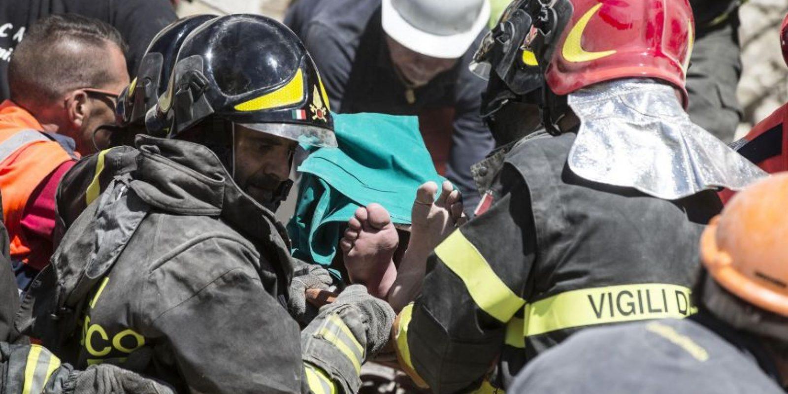 Un hombre herido es cargado en una camilla por los equipos de rescate tras el terremoto en Accumoli, Italia. El sismo de magnitud 6.6 se produjo a las 3:36 a.m. y se sintió en una amplia franja del centro Italia, incluyendo Roma. El temblor sacudió la región de Lazio, Umbría y Marcas. Foto:AP. Imagen Por: