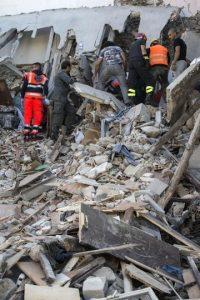 Rescatistas buscan entre los escombros de un edificio derrumbado tras el terremoto en Accumoli, Italia. Foto:AP. Imagen Por: