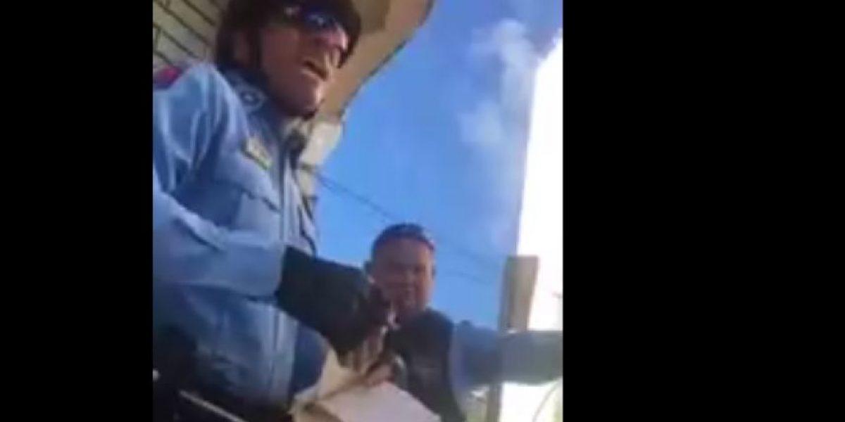 Graban a policía amenazando con pegarle un tiro a intervenido por four track